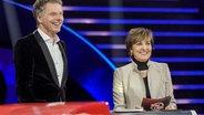 """Jörg Pilawa mit Entertainerin Paola Felix in der dritten Ausgabe von """"Spiel für dein Land"""". © Das Erste / NDR Foto: Max Kohr"""