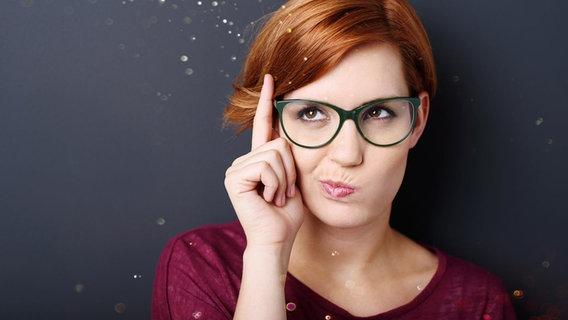 Junge Frau schaut nachdenklich © Fotolia.com Foto: contrastwerkstatt